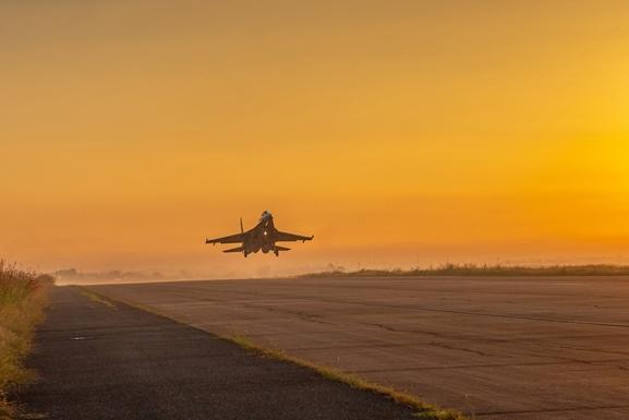 Chuyến bay khí tượng đầu tiên do cán bộ chỉ huy thực hiện từ sớm.