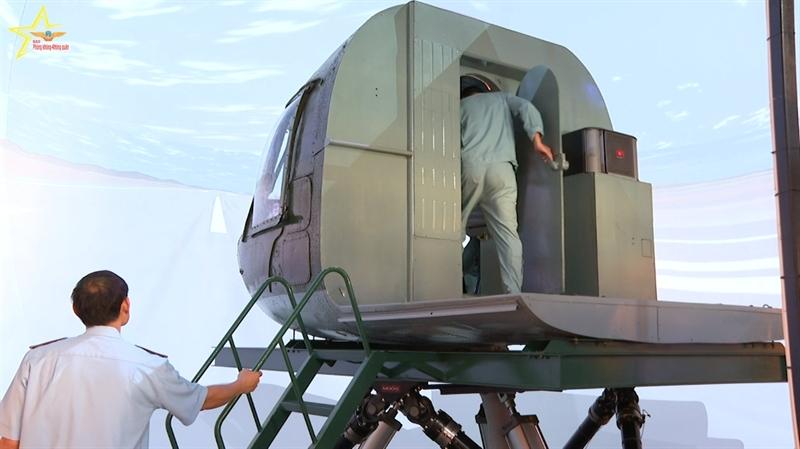 Về nội dung thực hành, các tổ bay thực hiện một chuyến bay đường dài đúng giờ kết hợp với xuyên mây hạ cánh và một chuyến kết hợp chọn bãi hạ cánh.