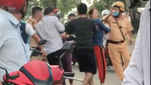 CSGT bị người đàn ông đánh tới tấp