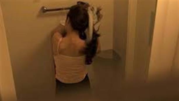 Nam sinh đặt điện thoại quay lén trong nhà vệ sinh nữ