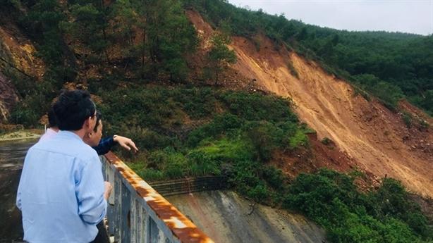 Sạt lở gần chân đập thủy điện Hương Điền: Không chủ quan