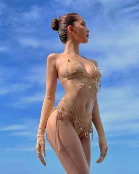 Trong bộ ảnh này, Ngọc Trinh diện bộ bikini vô cùng nóng bỏng cùng với những pha tạo dáng chuyên nghiệp khoe triệt để vẻ đẹp gợi cảm của mình.
