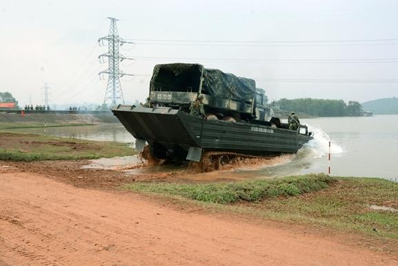 Xe vượt sông tự hành PTS dùng để chở bộ binh và các binh khí kỹ thuật như xe bọc thép, ô tô...
