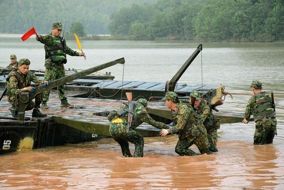 Việc lắp ghép cầu phao PMP được cán bộ, chiến sĩ đơn vị thực hiện nhịp nhàng, thuần thục và chính xác.