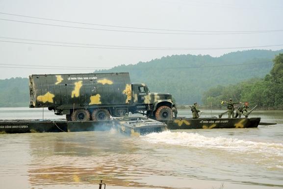 Huấn luyện bắc cầu, ghép phà để vận chuyển các loại binh khí, phương tiện kỹ thuật qua sông.