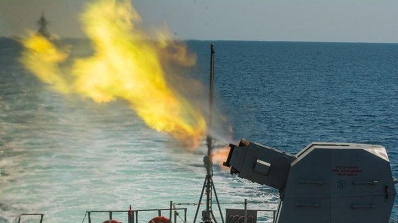 Ngoài ra, vũ khí này có thể đánh chìm cả tàu nổi đối phương có lượng choán nước nhỏ, ngư lôi, các hỏa điểm và binh lực bờ biển của đối phương.