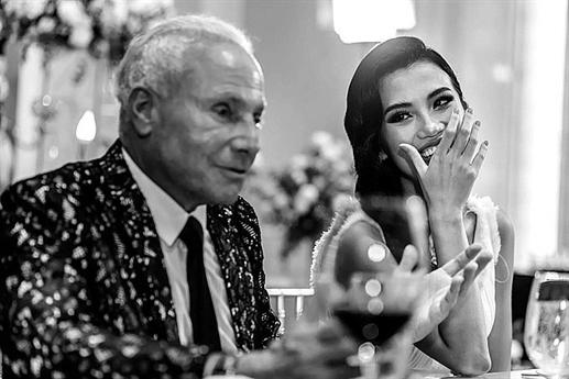 Tỷ phú vừa đính hôn với cô là Wynn Katz - CEO của hãng thời trang ở Los Angeles. Hiện tại, Wynn đã có hai đứa con một trai, một gái tại Mỹ.