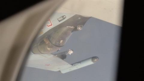 Su-35 áp sát máy bay Mỹ vài mét trong tư thế...lộn ngược