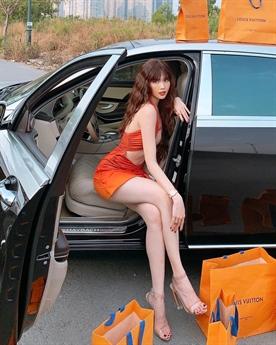 Cô khoe phong cách gợi cảm giữa chiếc siêu xe có giá khoảng 12 tỷ và xung quanh là những túi đồ hàng hiệu đắt đỏ.