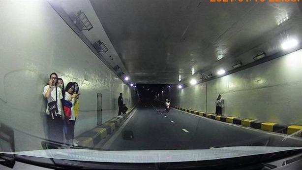 Chụp ảnh sống ảo dưới hầm chui sông Hàn: 'Quá nhảm'