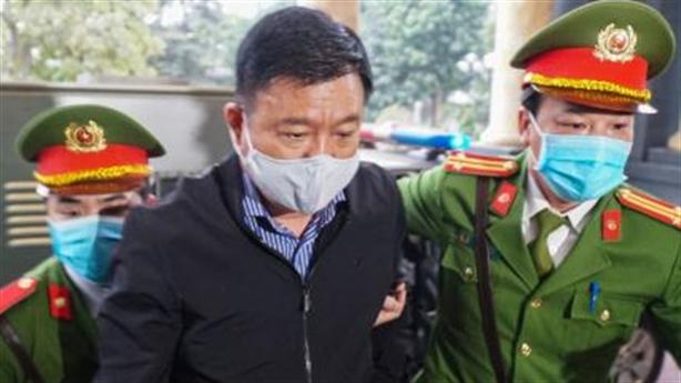 Ông Đinh La Thăng dừng lại chào mọi người khi tới tòa