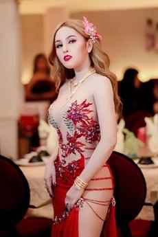 Cô nàng sinh năm 1993 nổi tiếng với phong cách gợi cảm táo bạo, khác biết với số đông người đẹp trong làng giải trí Campuchia.