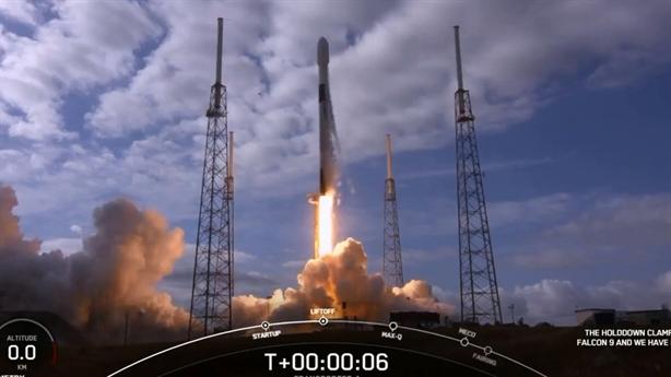 Cận cảnh Falcon-9 phóng 143 vệ tinh sau khi bị hoãn