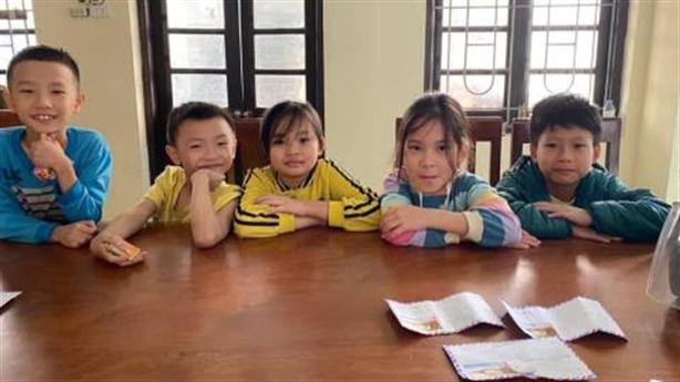 Nụ cười của 5 bé tiểu học trả lại tiền nhặt được...