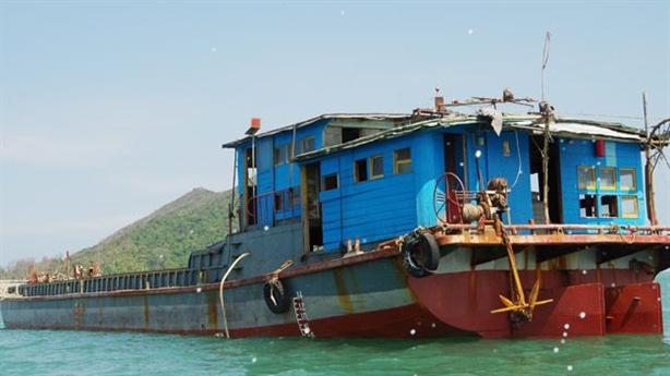 Tàu hàng vô chủ dạt trên biển: 'Chở quần áo trẻ em'