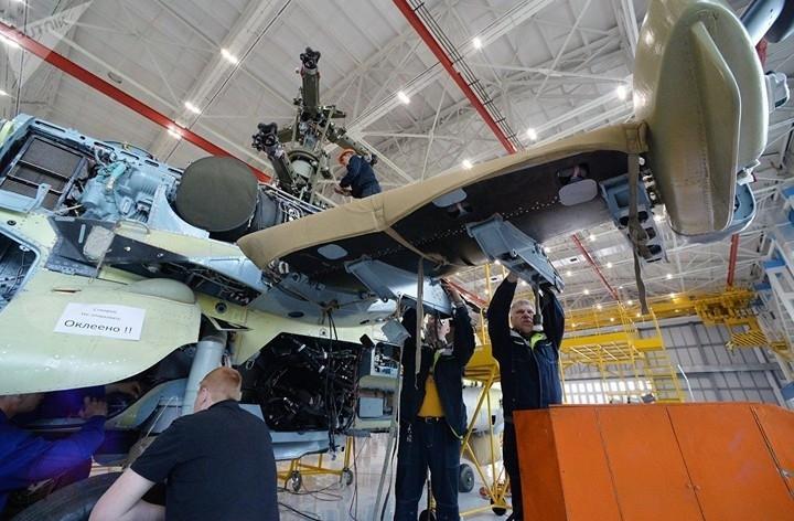 Đặc biệt, Ka-52 có thể trở thành sát thủ diệt hạm khi chúng được trang bị tên lửa Kh-35 Uran. Phát triển sau Apache, trực thăng Ka-52 có những tính năng kỹ chiến thuật tốt hơn Apache hoặc các máy bay trực thăng tấn công khác.