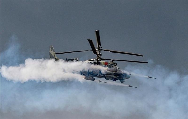 Trang bị mới của Ka-52 đã được trang We Are The Mighty của Mỹ đánh giá rất cao khi so với Apache. Theo báo Mỹ, AH-64 Apache từng là trực thăng tấn công hàng đầu thế giới nhưng đang bị Ka-52 của Nga soán ngôi. Ka-52 có thể bay với tốc độ tối đa 300km/h, trần bay tới 5.500m, tầm bay đến 1110 km. Trực thăng Nga được trang bị một số loại tên lửa chống tăng có điều khiển, tên lửa không đối không, rocket tấn công mặt đất 80 mm và pháo tự động tốc độ cao 30 mm.