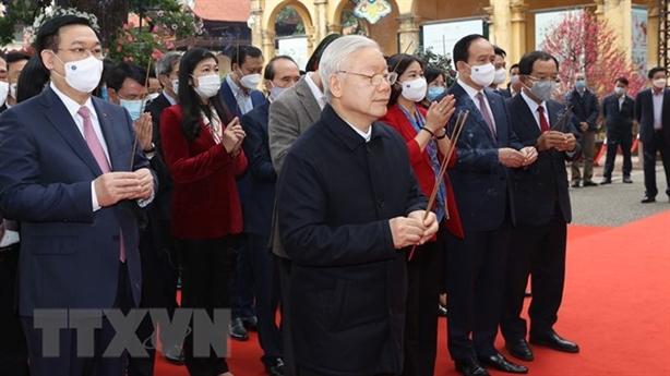 Tổng Bí thư dâng hương tại Hoàng thành Thăng Long