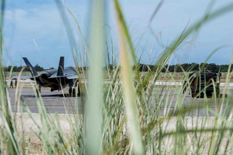 Căn cứ Northwest Field nằm giữa rừng với đường băng dài gần 2.400 m, có rất ít đường lăn và nhà chứa máy bay, không có trạm kiểm soát sân bay cố định và mặt đường băng mấp mô. Để cuộc diễn tập diễn ra thuận lợi, một hệ thống cáp hãm đà di động đang được lắp đặt.