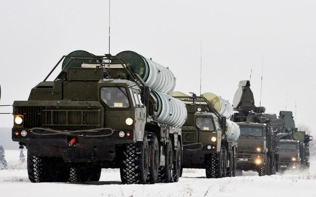 Giới chuyên gia cho rằng, việc triển khai phiên bản đặc biệt của S-400 tại Bắc cực được coi là động thái đáp trả của Nga khi Mỹ triển khai hệ thống phòng thủ tên lửa tại Alaska - nơi có thể đe dọa trực tiếp đến Nga. Tờ Tvzvezda.ru hồi đầu tháng 1/2019 dẫn tuyên bố của Tổng thống Nga Putin cho biết, những hoạt động của Mỹ tại Alaska, đặc biệt là triển khai các hệ thống phòng thủ tên lửa ảnh hưởng nghiêm trọng và đe dọa an ninh toàn cầu.