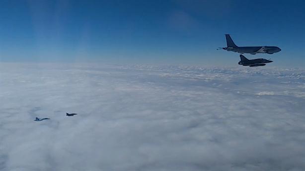 Su-27 đuổi 2 chiếc Mirage 2000 trên Biển Đen