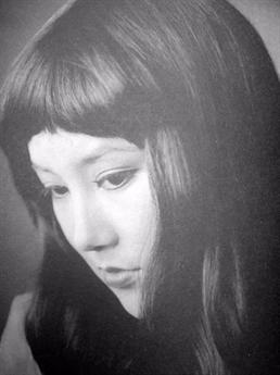 Khi đó, với nhan sắc rực rỡ của mình, bà nhanh chóng lọt mắt xanh nhiều nhà làm phim. Thậm chí, bà còn từng được huyền thoại võ thuật Lý Tiểu Long hứa hẹn giúp đỡ nhưng cuối cùng ông đột ngột qua đời khiến cho sự nghiệp của bà vì thế mà khó khăn.