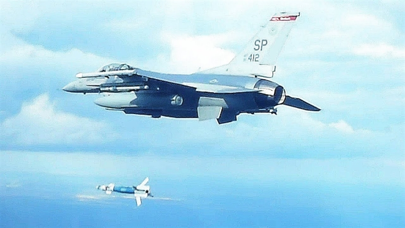 GBU-12 được xếp vào loại bom thông minh bởi vì nó có thể tìm diệt mục thiêu theo quỹ đạo do chùm tia laser dẫn đường xác định một cách chính xác mục tiêu.