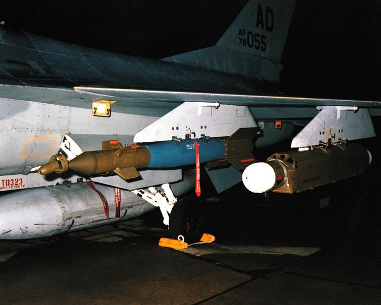 Chùm tia laser này còn có thể đồng thời cung cấp vị trí mục tiêu cho cả 2 chiến đấu cơ ném bom F-16. GBU-12 Paveway II thực chất là bộ công cụ gồm đầu tự dẫn laser và cánh lái gắn lên thân quả bom thông thường Mk 82 loại 227kg.