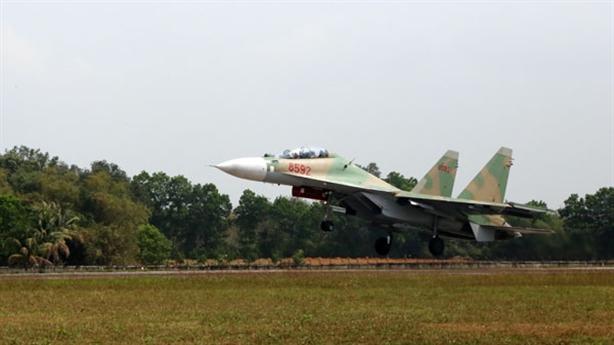 Tướng không quân chỉ đạo ban bay Su-30 đầu năm