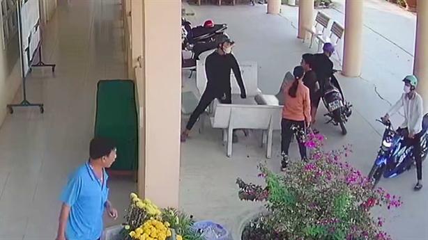 Tin mới vụ vào trường lôi học sinh ra đánh dã man