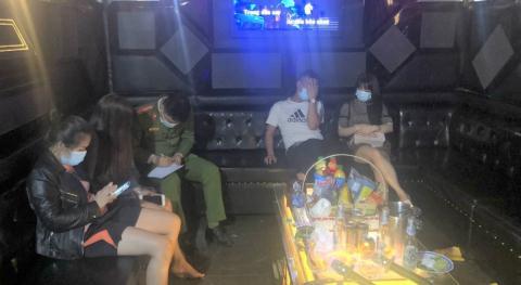 9 tiếp viên nữ phục vụ 18 khách nam ở quán karaoke
