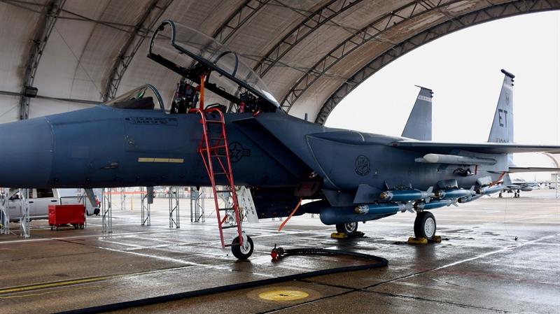 Trong đợt thử nghiệm hồi cuối tháng 2/2021, chiếc F-15E được gắn 6 mô hình bom dẫn đường GBU-38/B JDAM ở giá treo dọc thùng dầu phụ liền thân phía trái, mỗi quả nặng 225 kg. Những chiếc F-15E thông thường chỉ có thể mang 3 quả JDAM ở loạt giá treo này.