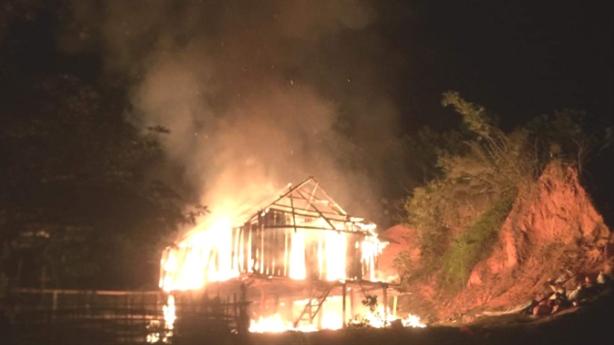 Con đốt nhà, dọa chém mẹ: Không cho tiền đi chơi