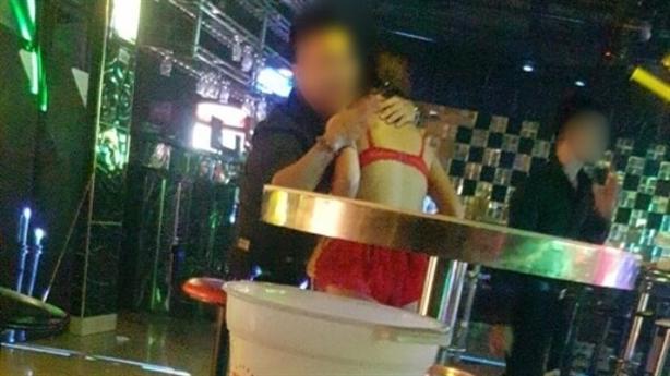 3 khách gọi 3 tay vịn đến phục vụ ở quán karaoke