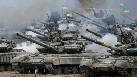 Ukraine dồn hàng chục ngàn quân, 450 xe tăng áp sát Donbass