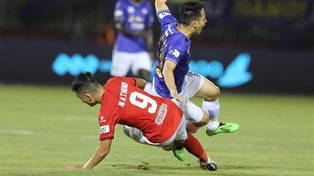 Pha vào bóng khiến Hùng Dũng chấn thương có phải bóng đá?