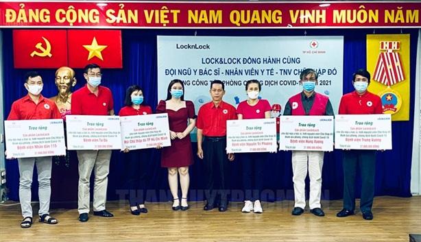 Tặng 1.750 suất quà cho đội ngũ y bác sĩ