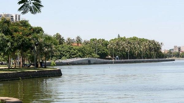 Nước hồ Tây chuyển màu xanh rêu: 'Thời tiết thay đổi nên...'