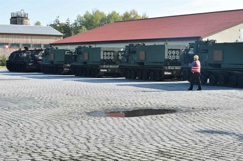 Hệ thống phóng phản lực M270 đặt trên khung thân xe chiến đấu bộ binh M2 Bradley. Mỗi xe phóng mang được 2 container, mỗi container chứa 6 quả đạn rocket cỡ 240 mm. Một xe M270 khai hỏa sẽ phóng 8.000 đầu đạn (nhỏ) trong 60 giây với tầm bắn khoảng 32 km.
