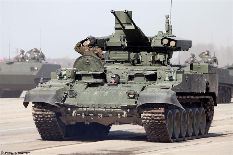 Trung tâm Nghiên cứu và Phân tích công nghệ Nga (CAST) cho biết, phiên bản Terminator được Nga điều đến Syria có nhiều điểm đặc biệt. Terminator dùng khung thân xe BMPT nguyên gốc với đặc điểm nổi bật là cụm hai súng phóng lựu tự động AG-17D cỡ nòng 30 mm.