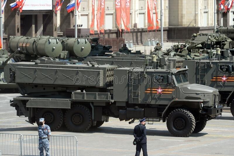 Những hệ thống TOS-2 đầu tiên sẽ được trang bị cho Binh chủng Hóa học thuộc Quân khu phía Tây Nga. Hiện chưa rõ có bao nhiêu hệ thống nhiệt áp thế hệ mới này được chuyển giao nhưng phía Nga khẳng định, số lượng đủ để huấn luyện và chiến đấu với quy mô lớn. Như vậy là cùng với tiêm kích tàng hình thế hệ 5 Su-57, TOS-2 là hệ thống vũ khí tối tân thế hệ mới được Nga ưu tiên trang bị cho Quân khu phía Tây - lực lượng gần với khối quân sự NATO nhất.