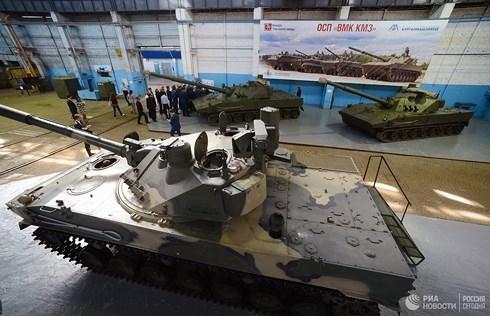 Lotos được tạo ra trong khuôn khổ của dự án Zauralets-D, một dự án sản xuất thế hệ tổ hợp pháo mới. Siêu pháo mới này ban đầu được tạo ra là phiên bản 120 mm của mẫu pháo cỡ nòng 152 mm. Vì lý do đó, Lotos tương thích với nhiều loại đạn 120 mm và hỏa lực của nó được bắn ra từ một tháp pháo tự động, được lắp đặt trên xe tăng bay BMD-4.
