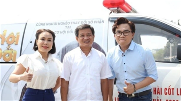 Nghệ sĩ Việt Hương đặt cọc tiền mua xe cứu thương