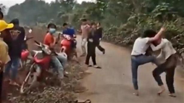 Nữ sinh đánh nhau vì câu nói, nhiều người xem không can