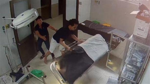Bệnh nhân, người nhà hành hung bác sĩ: Chửi rồi đánh