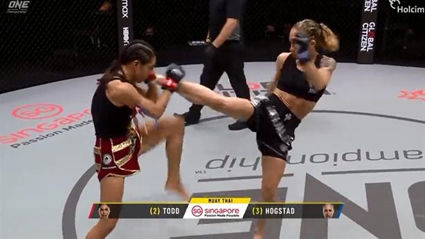 Nữ võ sĩ Kickboxing một đá hạ gục đối thủ