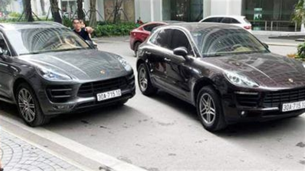 Hai xe Porsche cùng biển chạm mặt ở chung cư cao cấp