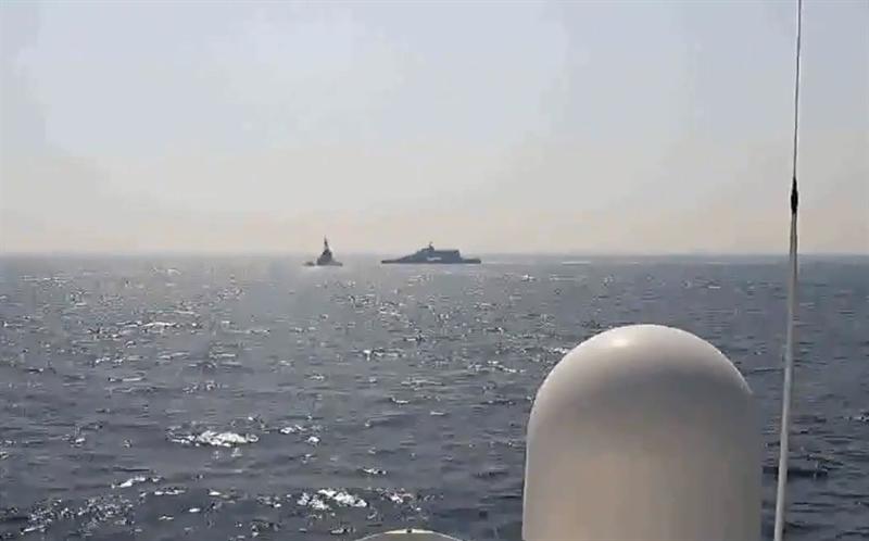Có thời điểm tàu Harth 55 bơi cắt ngang đường di chuyển của chiến hạm Mỹ ở cự ly khoảng 50m. Tàu Mỹ phát cảnh báo qua hệ thống thông tin liên lạc và dùng loa phóng thanh, nhưng nhóm tàu của Iran vẫn tiếp tục hành động nguy hiểm. Nhận thấy tình huống có thể gây nguy hiểm, thủy thủ Mỹ buộc phải bắn cảnh cáo, xua đuổi các tàu Iran tránh xa ở khoảng cách an toàn.