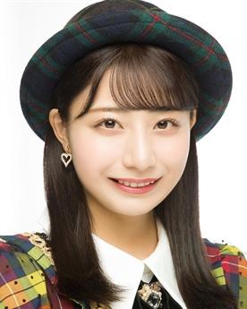 Theo đó, thành viên của nhóm AKB48 Team 8 này đang sống chung với nhà sản xuất gần 50 tuổi, gấp hơn hai lần tuổi cô.