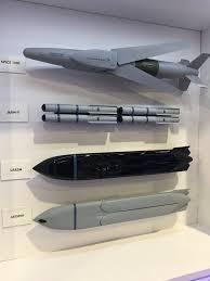 Để hoàn thành nhiệm vụ của mình, JAGM được trang bị công nghệ tàng hình khiến các hệ thống phòng không của đối phương khó phát hiện, vì vậy chúng có thể hoàn thành nhiều nhiệm vụ khác nhau. Một trong những tính năng quan trọng của chúng đó là có thể bay thấp tới mục tiêu nên càng khiến radar đối thủ khó phát hiện.